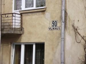 Ant vienintelio Vilniaus gatvės 70-ojo namo kabo savadarbis užrašas su nuoroda į galimą Vilniaus gatvę.