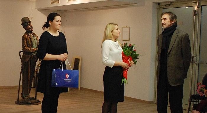 Skulptorių sveikina Širvintų rajono savivaldybės administracijos direktorė Ingrida Baltušytė-Četrauskienė ir merės padėjėja Janina Greiciūnaitė.