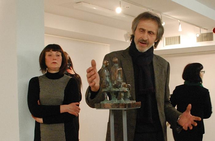 H. Orakauskas, pasakodamas svečiams apie kiekvieną skulptūrą, tą darė su didžiuliu įsijautimu, grįždamas mintimis į pirminį impulsą, kuris valdė kūrybos metu.