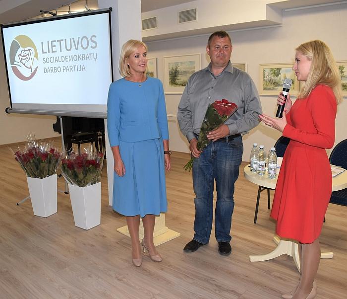 Išrinktą pirmininkę sveikina bendražygiai Ingrida Baltušytė-Četrauskienė ir Sigintas Bankauskas.