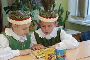 Mokiniai susidomėję skaitė apie sveikus produktus.