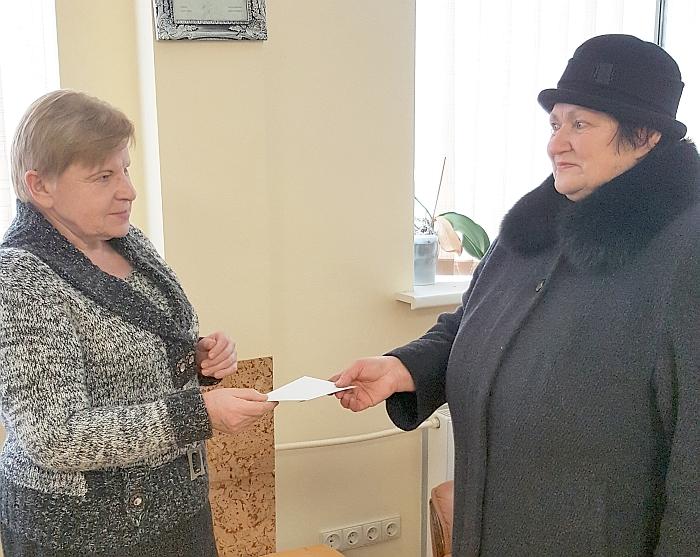 """Įteikdama ilgametei laikraščio prenumeratorei Danutei Pakalnienei """"Širvintų krašto"""" loterijos pagrindinį prizą - 50 Eur vertės """"Senukų"""" dovanų kuponą, laikraščio redaktorė Aldona Bareckienė padėkojo už ištikimą bičiulystę, palinkėjo sveikatos ir visokeriopos sėkmės."""
