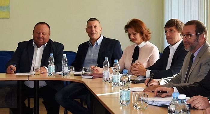 """D. Paliukėnas (antras iš kairės) V. Šimonėliui: """"Kodėl nepateikiate faktų?"""" (Nuotr. iš redakcijos archyvo)"""
