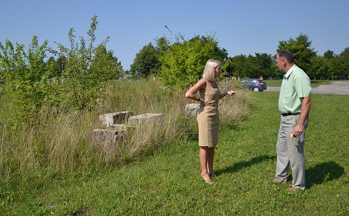 Širvintų rajono merė Živilė Pinskuvienė ir Ūkio plėtros skyriaus vedėjo pavaduotojas Robertas Bartulis prie ketvirtį amžiaus Širvintose stūksančių nebaigtos statybos likučių.