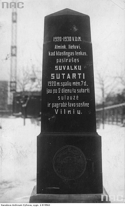 """Kaune tarpukariu stovėjęs """"Juodasis paminklas"""" Suvalkų sutarčiai, kurią lenkai sulaužė praėjus vos 2 dienoms nuo pasirašymo (nac.gov.pl)."""