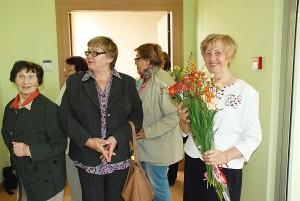 Menininkė Janina Kondrotienė sutinka parodos svečius