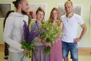 """Parodos """"Kas Tai?"""" autorius sveikino draugai - menininkė Eglė Akelaitytė - Vertelkė su vyru Titu Vertelka."""