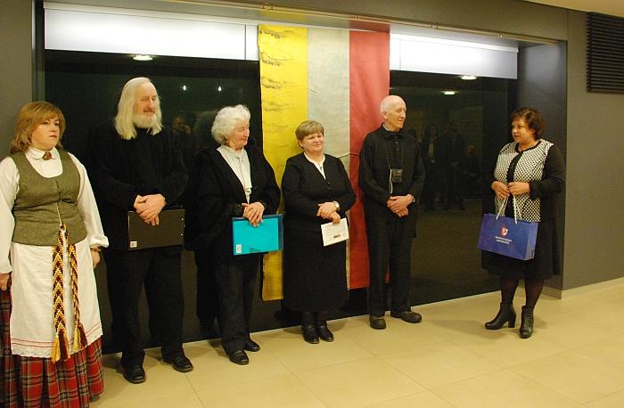 Vicemerė Irena Vasiliauskienė perduoda Širvintų rajono savivaldybės merės siųstas dovanas ir sveikina su parodos atidarymu Juozo Šiaučiūno vaikus.