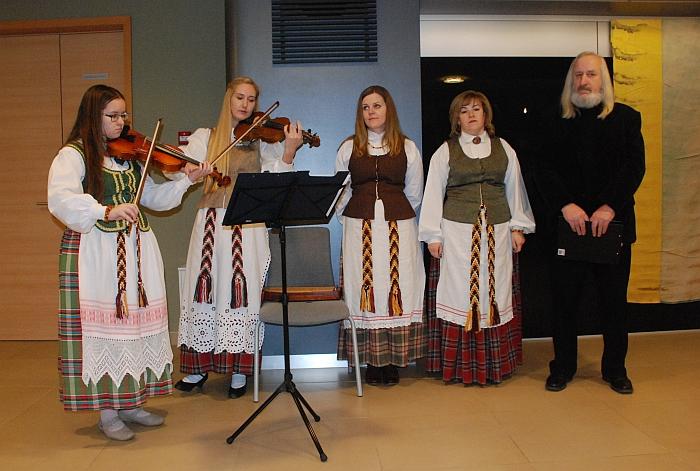 """Kernavės filialo folkloro ansamblio """"Medgrinda"""" atlikėjų grupė drauge su Jonu Vitkūnu."""