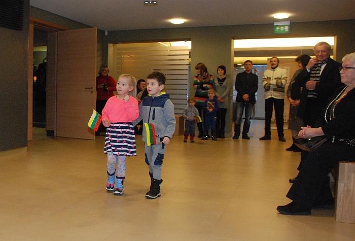 Artėjančia vasario 16 d. ir parodos atidarymu džiaugėsi mažieji svečiai.