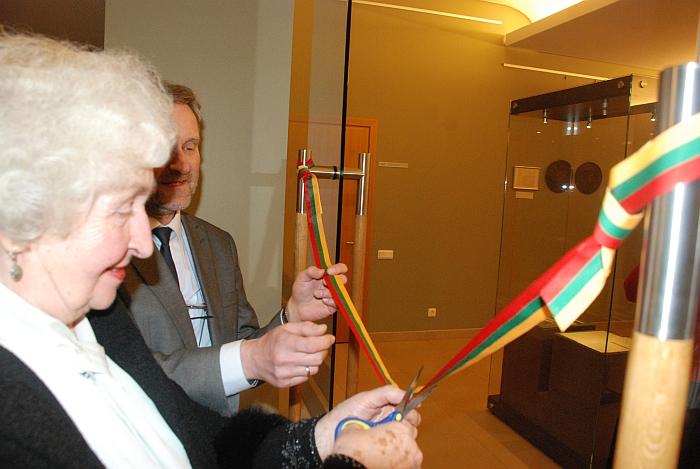 J. Šiaučiūno dukra Emilija Pajauta ir muziejaus direktorius Saulius Vadišis kerpa juostelę ir skelbia parodos atidarymą.