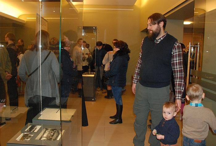 Susirinkusieji įdėmiai apžiūrinėjo eksponuojamus Juozo Šiaučiūno daiktus.