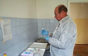 Skiepą nuo pasiutligės ruošia veterinarijos gydytojas Marijonas Apanavičius.