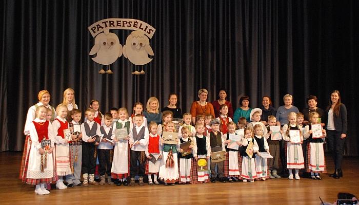 """Patys mažiausieji folkloro šventės """"Patrepsėlis"""" dalyviai."""