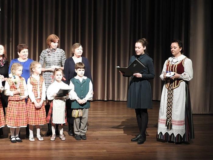 Kultūros centro direktorė Rytė Bareckaitė įteikia padėkos raštus ir atminimo dovanėles.