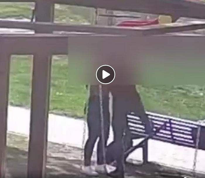 Nufilmuota, kaip jaunuoliai laužo suolelį.
