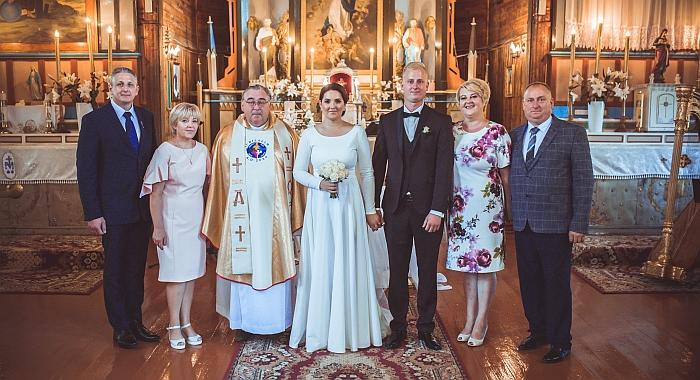 Iš kairės - Janinos tėvai Rita ir Jonas Greiciūnai, monsinjoras Jan KASIUKEVIČ, Janina ir Modestas Pažusiai, uošviai Jolita ir Valerijus Pažusiai (Fotografas Kirill Trofimov)