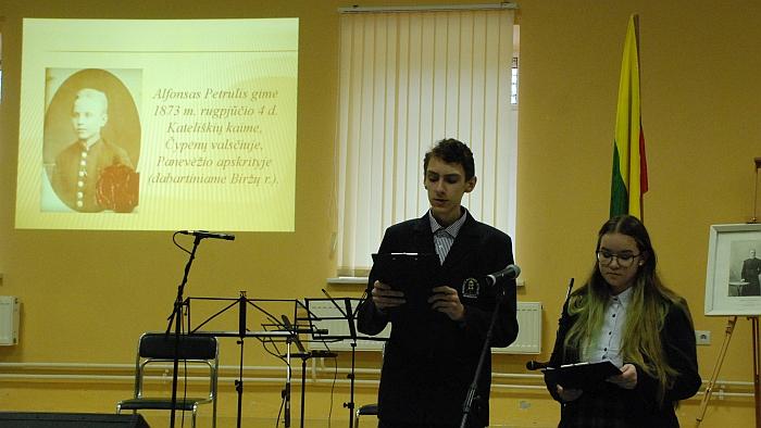 Kunigo Alfonso Petrulio biografiją pristatė gimnazijos mokiniai.