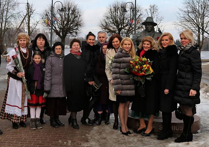 Elena Petkūnienė pakvietė visus premijos laureatus nusifotografuoti prie Igno Šeiniaus paminklo.