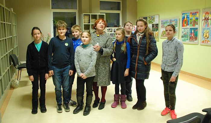 Mokytoja Aldona Ragelskienė ir jos jaunieji dailininkai.