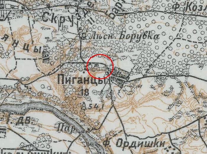 1915 metais išleistame Rusijos imperijos žemėlapyje kitapus Pigonių kaimo kelio pastatai nebuvo pažymėti.