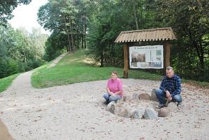 Janionių kaimo gyventojai Ona Kazlauskienė ir Albertas Gumbrevičius džiaugiasi šalia piliakalnio įrengta poilsiaviete.
