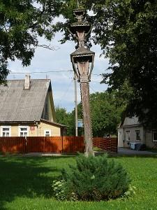2011 metai, Širvintos. Nepriklausomybės aikštė. Fotografija skelbia, kad Lietuvos Nepriklausomybės dešimtmečio stogastulpio pasvirimo kampas tiesiog proporcingas valdžios žioplumo laipsniui