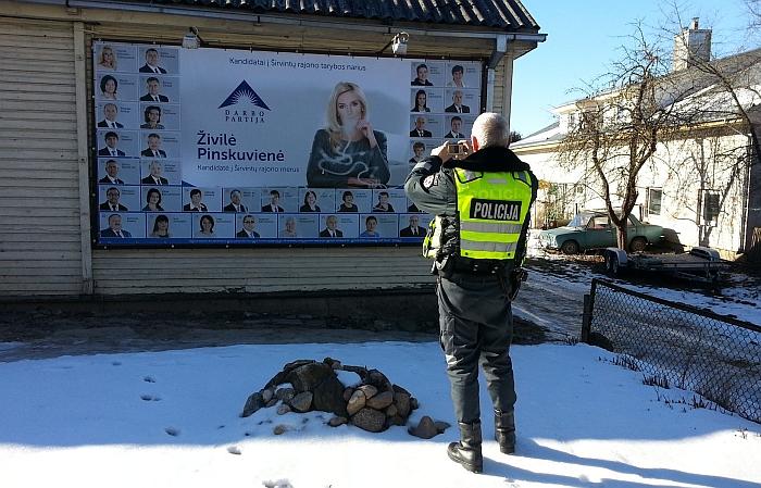 Išpuolio metu trys kandidatės į Širvintų rajono merus Ž. Pinskuvienės ir Darbo partijos kandidatų į rajono savivaldybės tarybą reklaminiai tentai buvo užpurkšti baltos spalvos dažais.