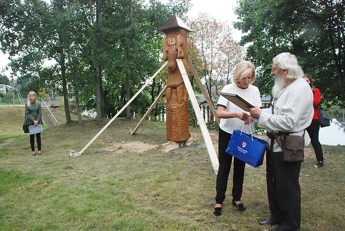 Merė Živilė Pinskuvienė atminimo dovaną įteikia Povilui Malinauskui.