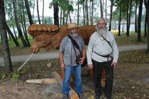 Du lietuviai barzdočiai prie briedžio jauniklio: kairėje autorius Pranas Petronis ir Povilas Malinauskas.