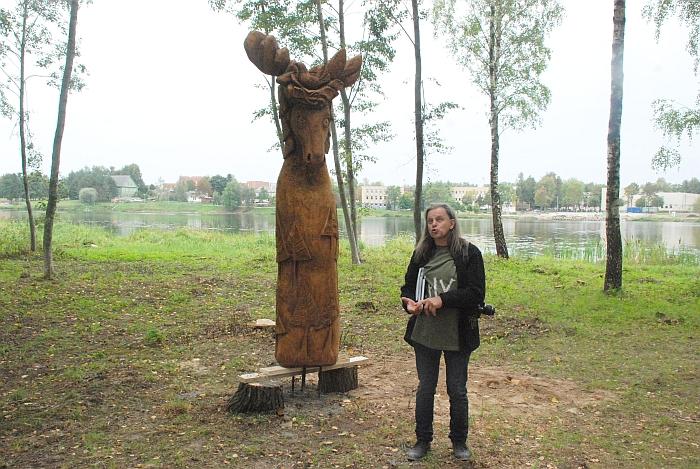 """Medžio drožėjas Saulius Lampickas iš Alytaus savo skulptūrą pavadino """"Žolinė""""."""