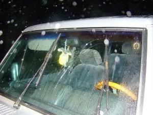 """Anot Policijos departamento, užpuolikai """"mosavosi"""" medinėmis lazdomis. Jų apgadintas automobilis."""