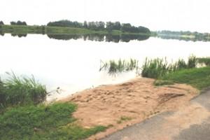 Ties rajono tarybos nario Nikolajaus Dorofejevo motinos namu įrengtas nedidelis, bet patogus paplūdimys.