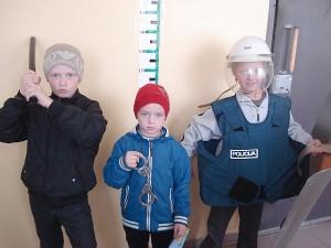 Pareigūnė parodė ir policininkų darbo įrankius: guminę lazdą, antrankius, neperšaunamą liemenę, skydą ir šalmą, kuriuos dažniausiai pareigūnai naudoja raišių metu.