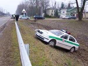 Dideliu greičiu lekiantį policijos automobilį sustabdė Plento gatvės šlaitas.