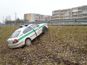 """Eismo įvykio metu buvo aplankstytas policijos automobilio """"Škoda Octavia"""" kėbulas, aplaužytos plastikinės jo detalės."""