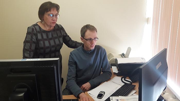 Širvintų pirminės sveikatos priežiūros vadovė Liudmila Braškienė ir operatorius Vaidas Rukšta gali monitoriaus ekrane stebėti pacientų skambučių dinamiką.