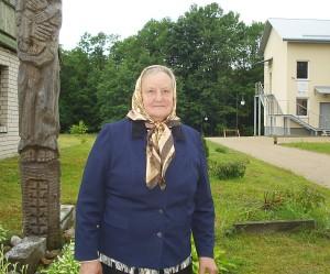 Kiaukliuose gyvenanti Ona Polkienė braukia ašaras dėl išrautų ir sunaikintų raudonųjų ąžuolų ir liepų.