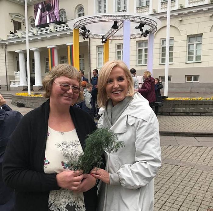 Širvintų merė Živilė Pinskuvienė ir Širvintų rajono ūkininkė Andžela Dalia Ėmužytė po susitikimo su Popiežiumi Pranciškumi.