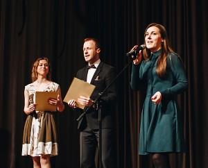 Kultūros centro direktorė Rytė Bareckaitė konkurso pradžioje tarė sveikinimo žodį. Šalia direktorės - konkurso vedėjai Rugilė Pumputytė ir Andrius Rokas.