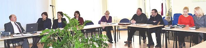 Laikinai einantis VšĮ Širvintų ligoninės direktoriaus pareigas Vidmanras Eigėlis (pirmas iš kairės) pristato įstaigos problemas Socialinės, sveikatos apsaugos ir šeimos komitetui.