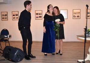 Inga Vaickienė (dešinėje) dėkoja Clotilde Solange Rigaud už jos pasirodymą.