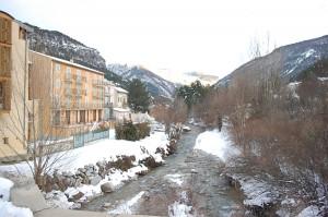 Miestelis, kuriame vyko susitikimas su VVG atstovais, stūkso kalnų apsuptyje.