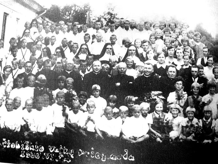 1936 m. birželis. Čiobiškio vaikų prieglaudos gyventojai ir darbuotojai.