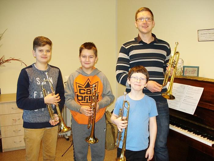 Širvintų meno mokyklos pučiamųjų klasės mokytojas Robertas Vasilevskis su mokiniais, pasiryžusiais groti pučiamaisiais instrumentais.