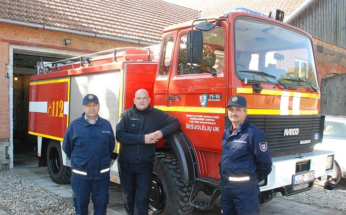 Šešuolėlių ugniagesių komandos skyrininkas Gediminas Drazdas, direktorius Gintaras Pumputis ir ugniagesys gelbėtojas Ričardas Kraniauskas.