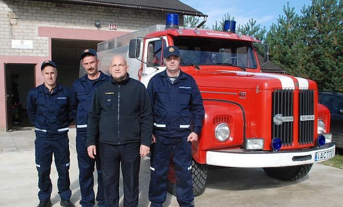 Gelvonų ugniagesiai gelbėtojai Jonas Rutkauskas, Vilmantas Beleckas, priešgaisrinės tarnybos direktorius Gintaras Pumputis ir ugniagesys Sigitas Bareika.
