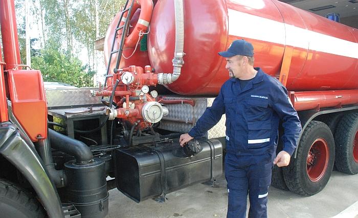 Remontuojant mašiną daug darbo įdėjo Musninkų ugniagesių komandos skyrininkas Saulius Avlasevičius.