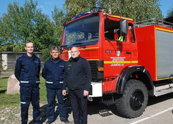 Jauniūnų ugniagesių komandos skyrininkas Leonas Radžiūnas, ugniagesys gelbėtojas Ričardas Tveraga ir direktorius Gintaras Pumputis.