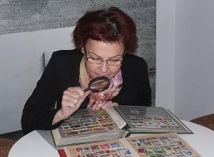 """Susitikimo metu kavinėje """"Terasa"""" Daiva Puzinienė pristatė keletą savo albumų su pašto ženklais."""